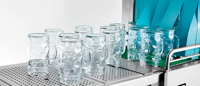 Flight-type dishwasher for washing glasses